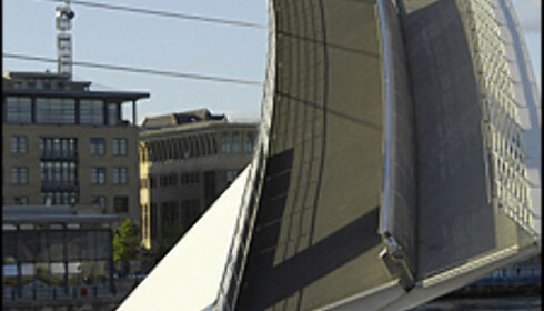 Her er broen i ferd med å velte seg over for å slippe skip forbi. Foto: Britain on View Foto: Britain on View