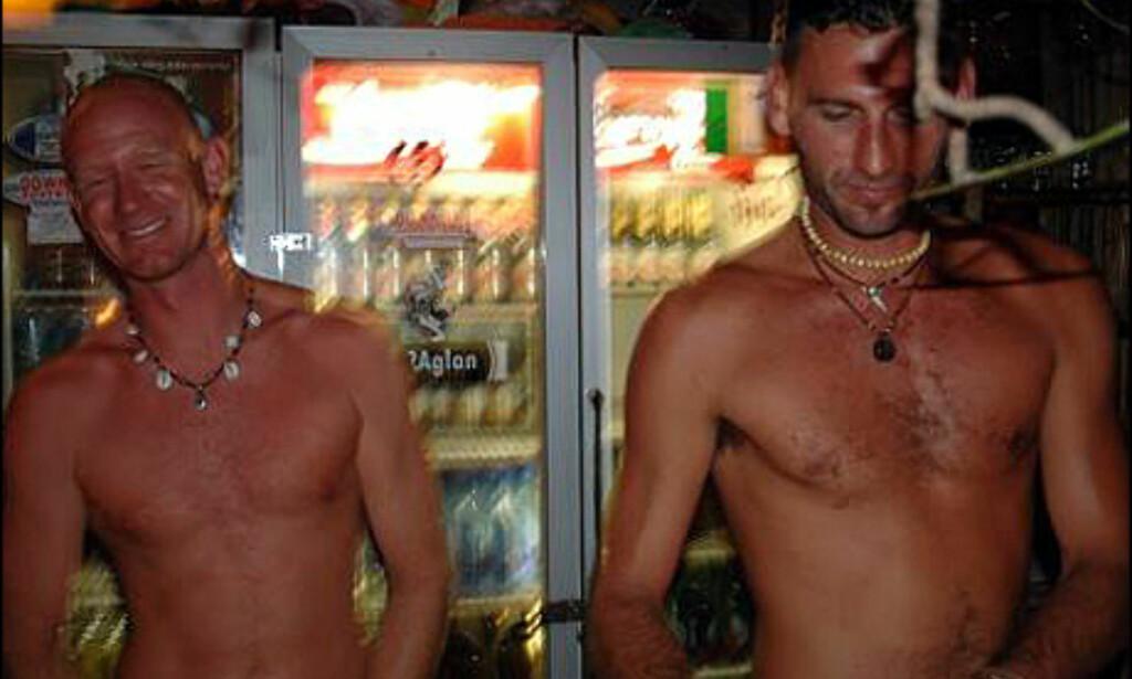 Gutta bak baren på Island Vibe mikser drinker og stripper på oppfordring.