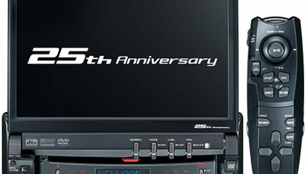 """Maskulint underholdninggsenter fra Kenwood. Med XXV-05V får du en 7"""" skjerm, støtte for alle tenkelige musikkformater (i tillegg til film fra DVD-filmer). Med en ekstern tuner har den også støtte for DAB. Pris: Ukjent."""