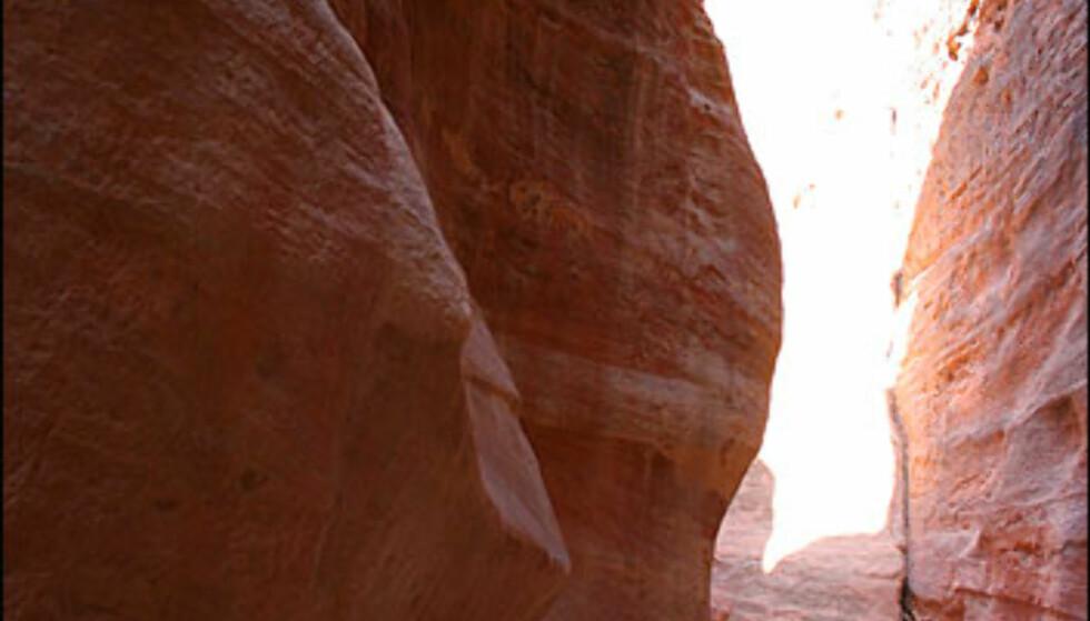 Gatene i Petra er nøysomt gravd ut. Nabateerne sikret vannforsyninger både gjennom renner og rør. Rester av rørene kan sees i museet i Petra.  Foto: Inga Holst