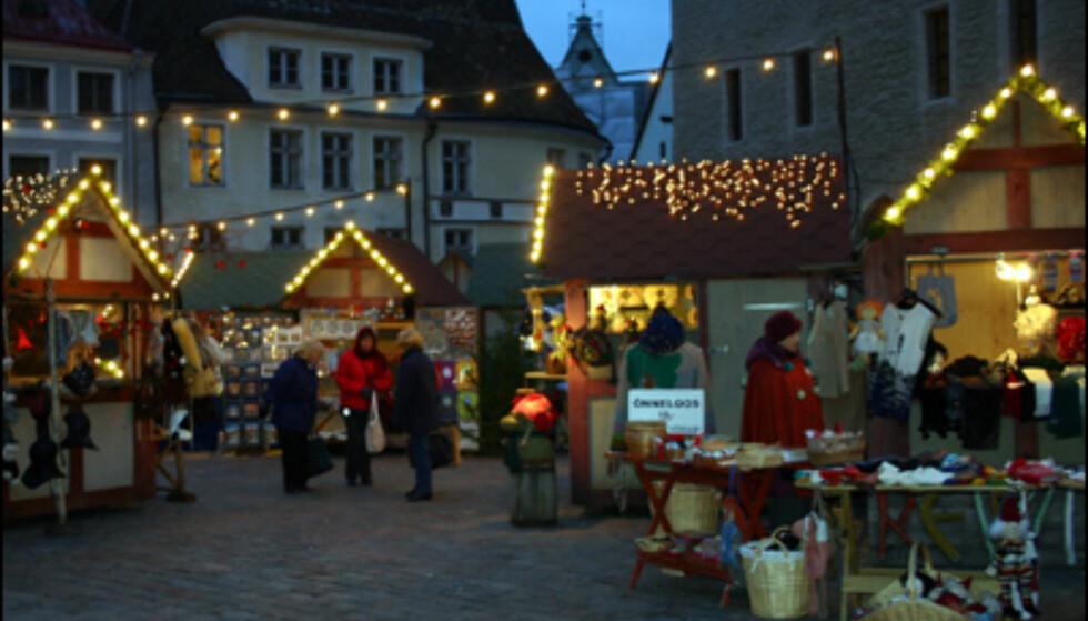 Sur vind og halvmørke stopper ikke julehandelen på bytorget.