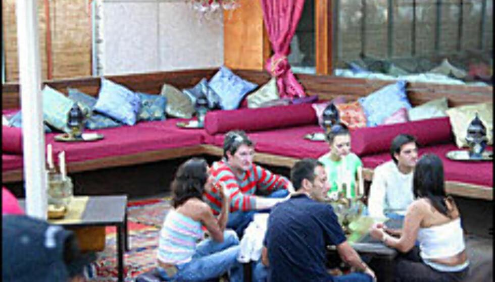 Av med skoene og opp strekk deg ut i en av Patrick Kluiverts sofaer i Barcelona i sommer.  Foto: Rudy Bianco/www.cdlcbarcelona.com Foto: Rudy Bianco/www.cdlcbarcelona.com