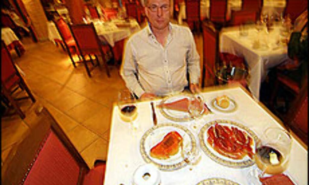 Geir Sætre klar for skinke og pan con tomate - den spanske versjonen av bruschetta.<br /i><br /> <i>Foto: Ola Hofshagen</i> Foto: Orkana forlag - Ikke til gjenbruk