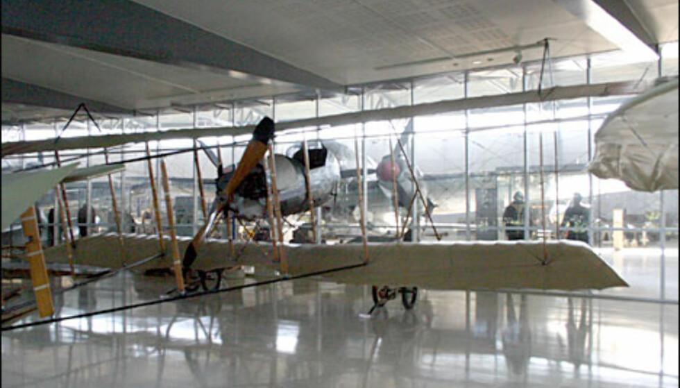 Farman F.46. Dette er et toseters treningsfly med skyvemaskin. Motoren sitter bak, og flyet skyves altså fremover. Polarforsker Roald Amundsen var svært flyinteressert, og var den nordmannen som fikk det første sivile flysertifikatet - med denne maskinen!