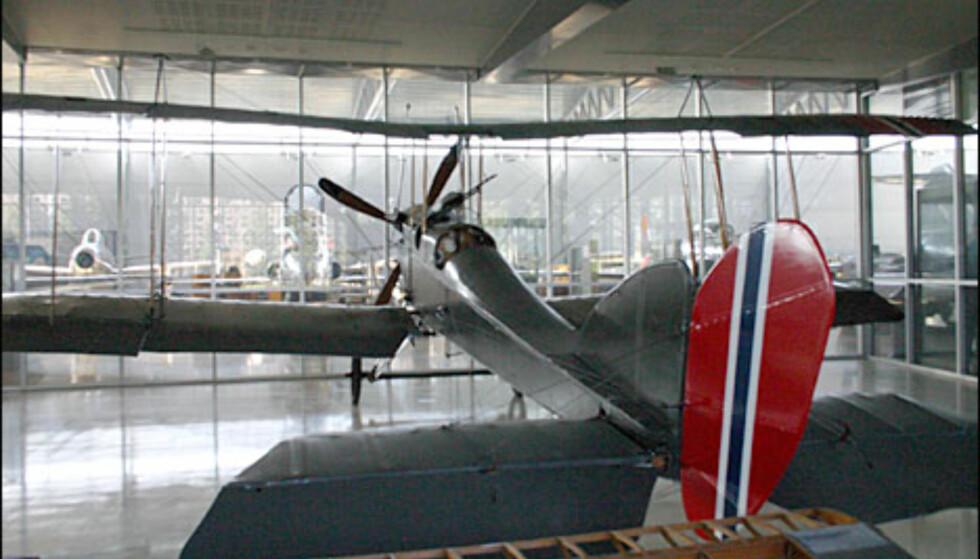 Royal Aircraft Factory B.E.2e, et toseters rekognoseringsfly. Den norske regjeringen fikk kjøpt dette fra Storbritannia, fordi de var så dårlige at de ikke fikk brukt dem selv. Dette er et av de få originale eksemplarene som finnes. Fra perioden rundt 1. verdenskrig.