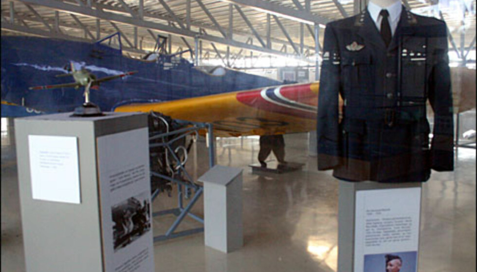 """Flytreningen i begynnelsen av 2. verdenskrig ble satt opp på basen """"Little Norway"""" i Toronto, Canada.  Her er uniformer som ble brukt, og dessuten en modell av et fly som prinsesse Ragnhild fikk da hun var liten jente, på besøk på den norske basen i Canada."""