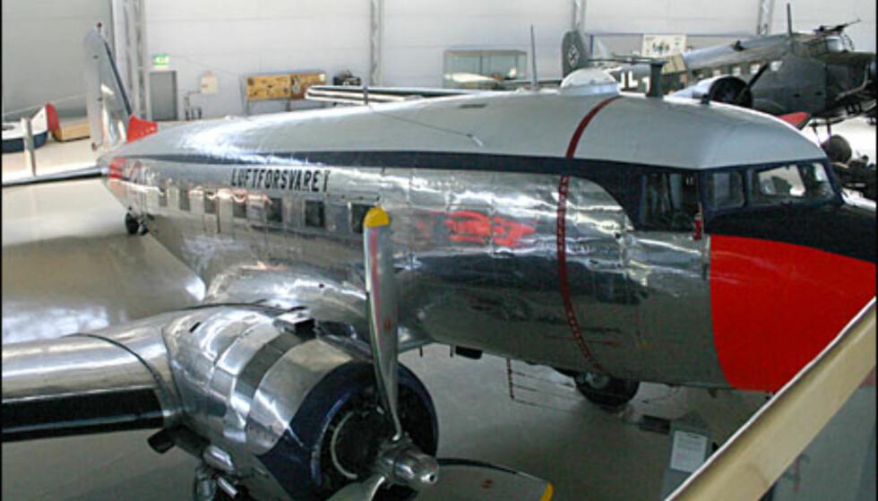 """Douglas C-47A """"Dakota"""". Transportfly brukt i både sivil og militær tjeneste, en god del er fortsatt i drift i dag."""