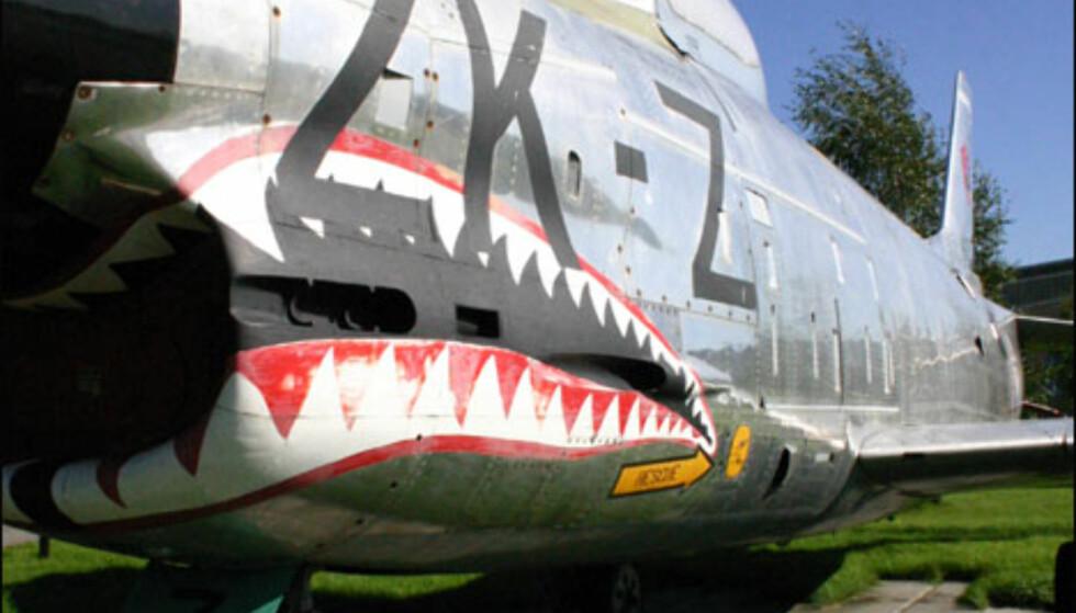 North American F-86K Sabre ønsker velkommen utenfor flysamlingen.