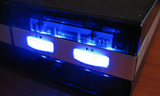 Det kraftige blå lyset sørger for at innmaten i spilleren også blir lett synlig fra utsiden. Bevisst? Vi synes uansett det er sjenerende.