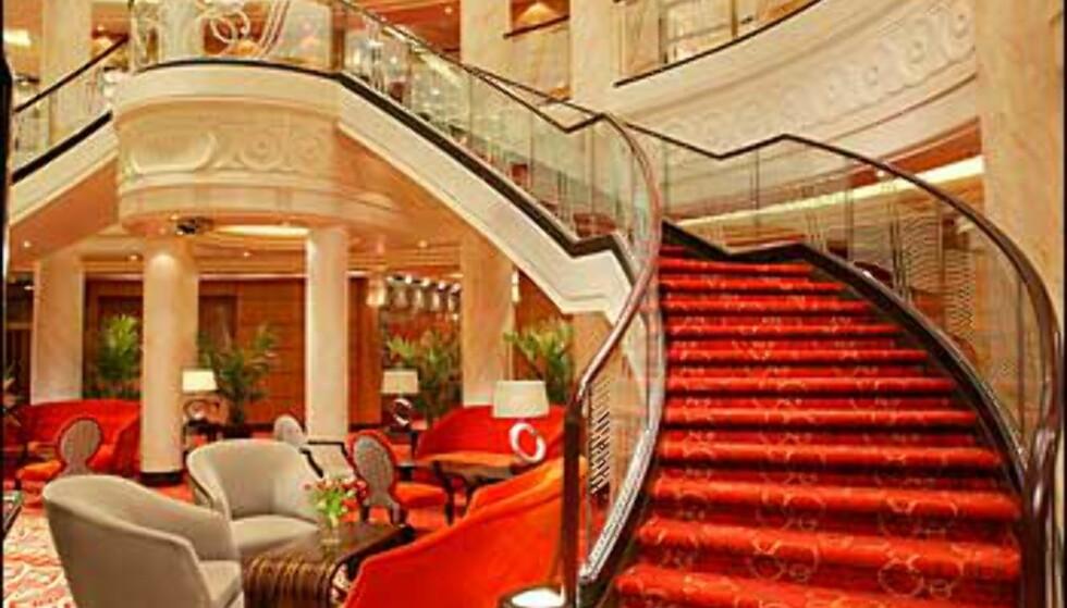 QM2s lobby - med en trapp som er Dynastiet verdig.