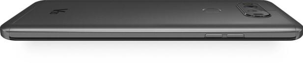 MER LIK G5: Baksiden på V20 er av aluminium, mens polykarbonatet som brukes helt i toppen og bunnen er med på å gjøre telefonen motstandsdyktig mot fall. Foto: LG