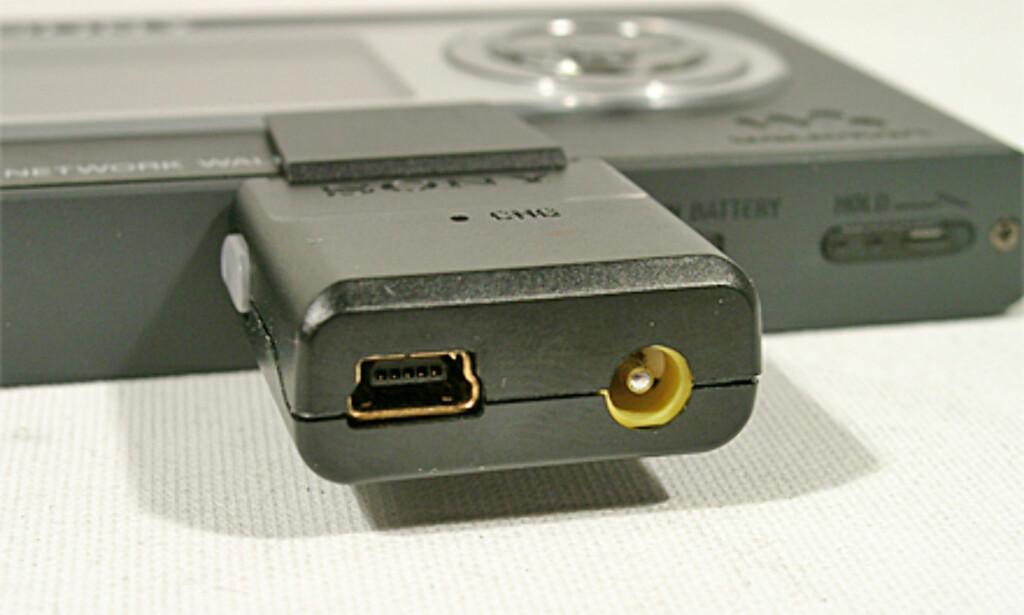 Her plugger du inn strøm og USB-kabelen