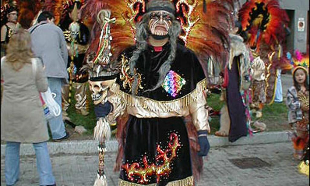 - Vi er en dansetrupp som kaller oss Qori Inkas, forteller denne karen som skal danse toba i karnevalet i bydelen Sants. Tobas er også et eget språk som snakkes av cirka 20.000 mennesker i Amazonas-regionen i Bolivia, Argentina og Paraguay. Hvert år feires karnevalet med cirka 80.000 deltakere. Og deltakerne kommer fra alle deler av verden. Foto: Inga Holst Foto: Inga Holst