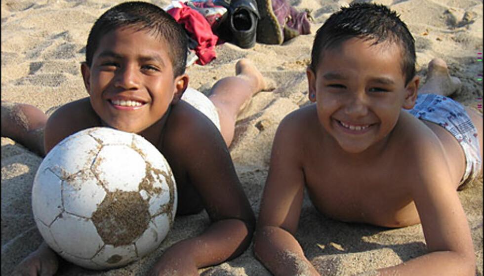 Disse småguttene fra Ecuador vil spille på FC Barca.  Foto: Inga Holst Foto: Inga Holst