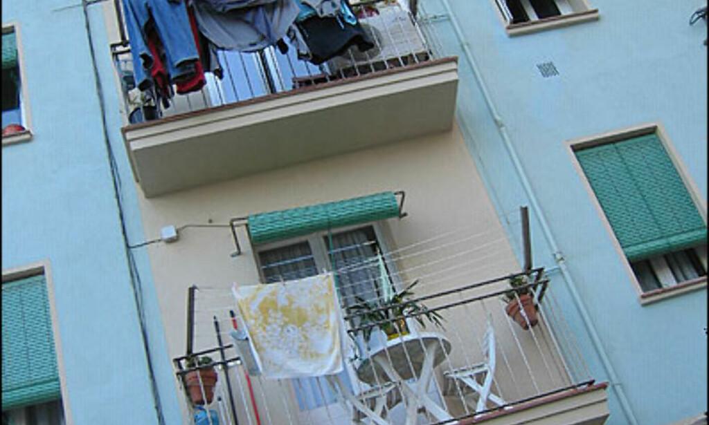 BARCELONETA: I de små leilighetene i Barceloneta bodde det tidligere fiskere. Nå begynner bydelen å slå seg opp, takket være beliggenheten ved stranda, og fiskerestaurantene her nede er mange og ofte gode.  Foto: Inga Holst Foto: Inga Holst