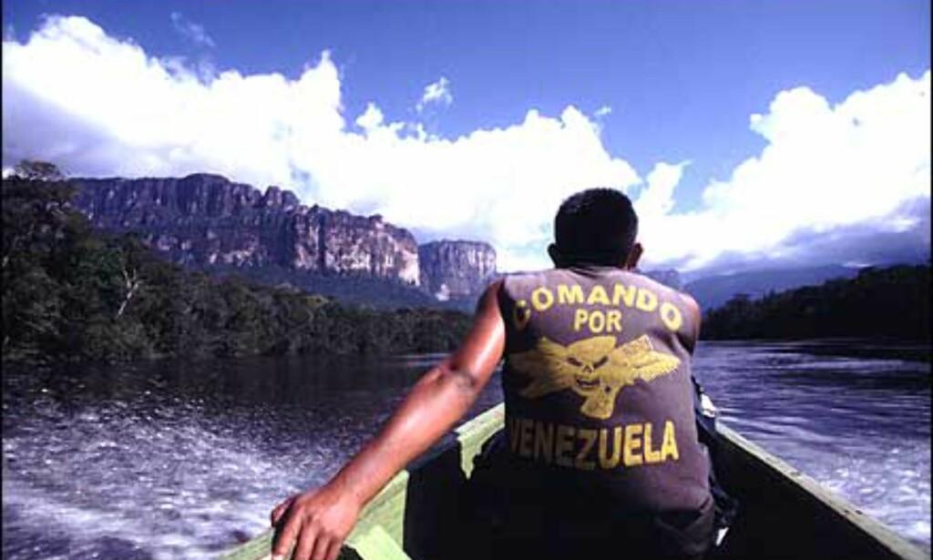 For å komme inn til Angel Falls kreves en åtte timer lang båttur i en til tider livlig elv. Naturen er spektakulær i alle retninger.  Foto: Stian Mong