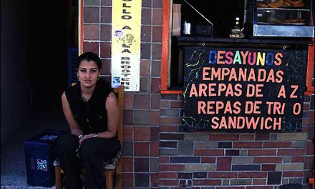 Arepas og empanadas er to vanlige typer hurtigmat i Venezuela. Det er mais og kornkaker fylt med alt man kan begjære av godsaker. Slike comerias finnes på annenhvert gatehjørne. Her i Merida.  Foto: Stian Mong