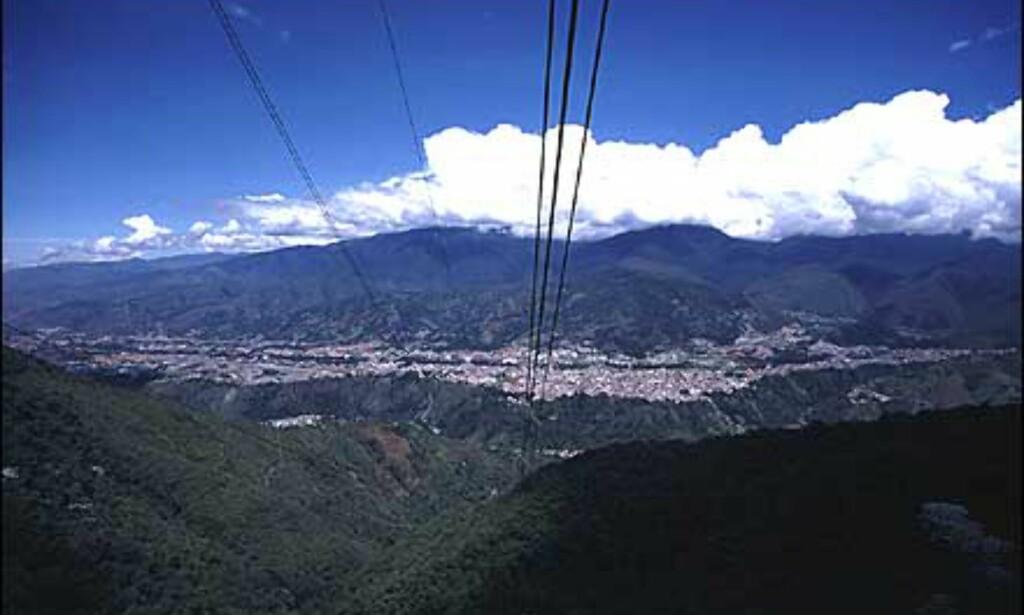 Denne kabelbanen (teleferico) tar deg med opp til 4.765 meters høyde, der den tynne luften gjør at bakken kjennes å gynge lett. Med sine 12 km er kabelbanen i Merida verdens lengste og høyeste, og vel verdt et besøk.  Foto: Stian Mong