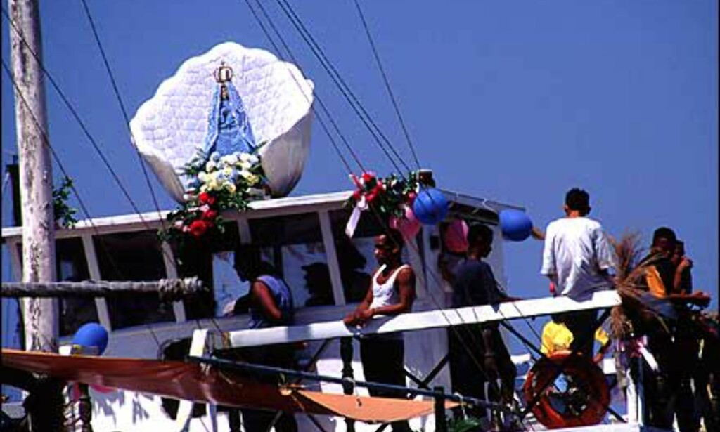 Venezuelerne har flere religiøse festdager. Dette bildet er fra Virgen del valle - festivalen i september. Langs kysten er det vanlig å feire denne dagen til sjøs, med en Maria-figur ombord i båten.  Foto: Stian Mong