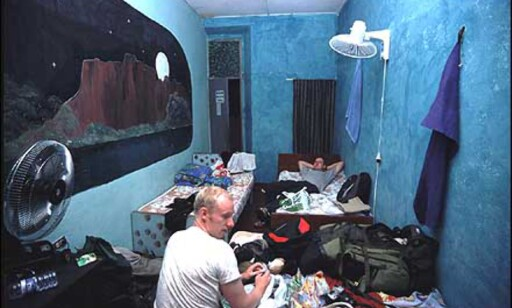 Slik ser et typisk backpacker-rom ut. Rommet er lite og svært lite luksuriøst. Men det har senger og vifter, og dermed er alle forutsetninger for en god natts søvn tilstede. Dessuten koster det bare 20 kr per natt.  Foto: Stian Mong