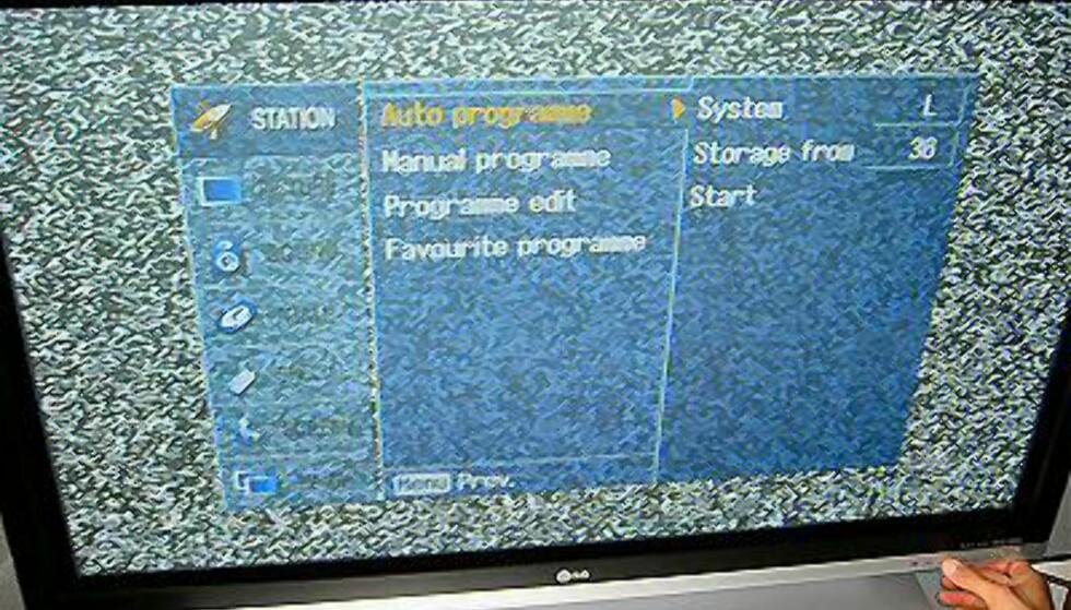 Enkelt kanalsøk. Merk at du også kan styre TVen med knappene nederst på panelets høyre side