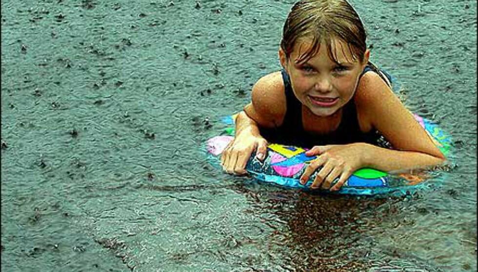 Klissvått for Christine i regnet, men fotograf og far Terje Angeltveit sikrer seg i alle fall ukens førstepremie. Foto: Terje Angeltveit