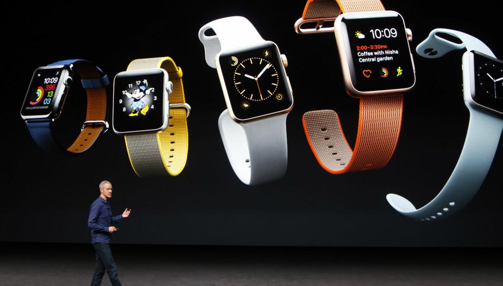 NYTT MATERIALE: Apple Watch Series 2 kommer i tre utgaver; aluminium, stål og keramikk. Ingen gull-utgave denne gangen, altså. Den keramiske blir dog den dyreste i gjengen. Foto: REUTERS/Beck Diefenbach