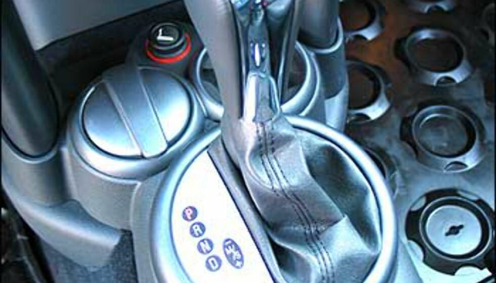 Sjarmerende knapper i retrostil pryder kontrollpanelene bak girspaken. Merk også gummimattene på gulvet. Kule, men glatte for slette damesko.