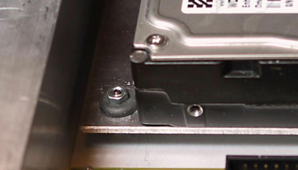 Harddisken er montert på en egen plate, som har fått gummiforinger mellom festeskruene og bunnplaten. Dette er både for å minske vibrasjoner og for å skjerme harddisken mot mekaniske støt.