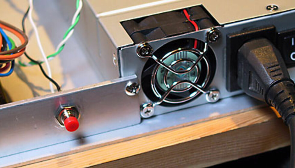 Utvendig festebrakett for strømforsyningen. Den fungerer også som feste for på-knappen og som deksel.