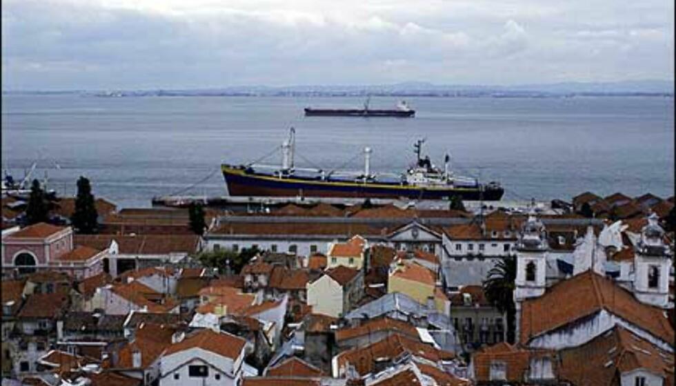 Lisboas havn er fortsatt travel med både cruisetrafikk og lasteskip. Foto: www.photito.com