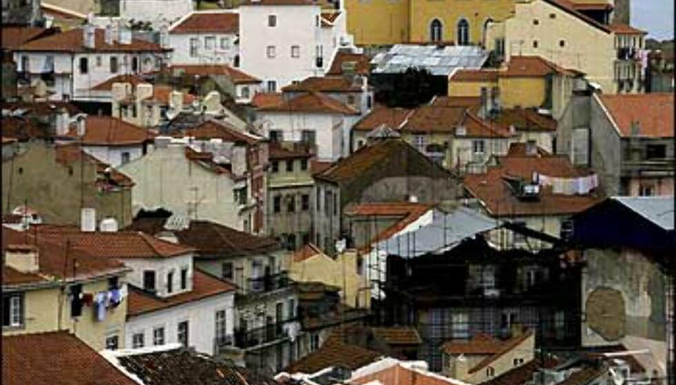 Lisboas røde tak kryper opp og ned av de bratte åsene i byen. Foto: www.photito.com