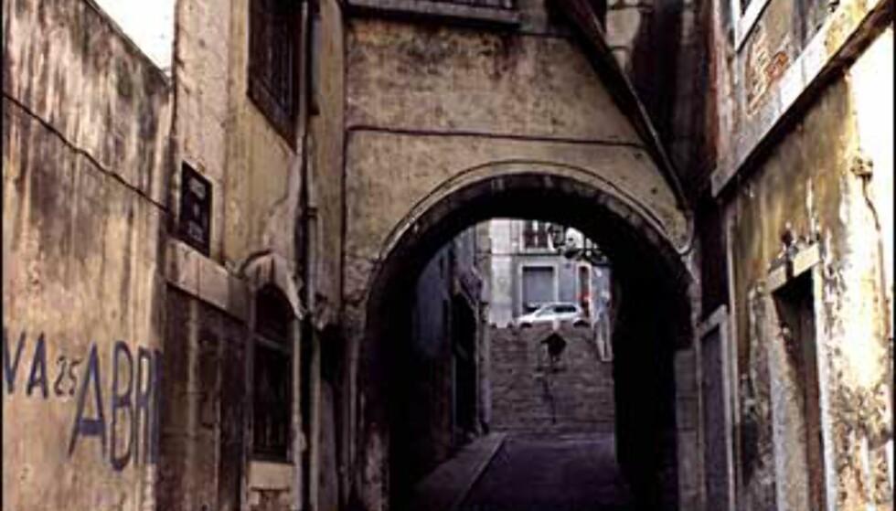 De fleste turister tar turen opp gjennom Alfamas trange smug og til borgen øverst for å nyte utsikten over byen. Foto: www.photito.com