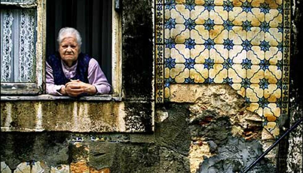 På veggene i Alfama klamrer fortsatt gamle fliser seg til smuldrende murpuss som pittoresk dekor. Foto: www.photito.com