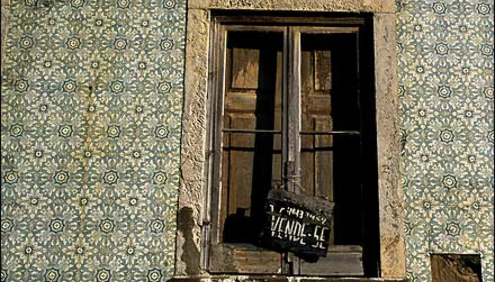 Flisevegg med hus bak til salgs i Alfama. Foto: www.photito.com