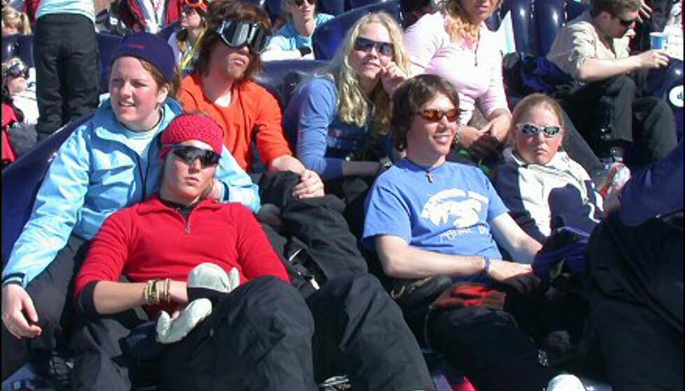 Tenåringene laxet på en av de mange oppblåsbare sofaene som var stilt opp - mot solen.