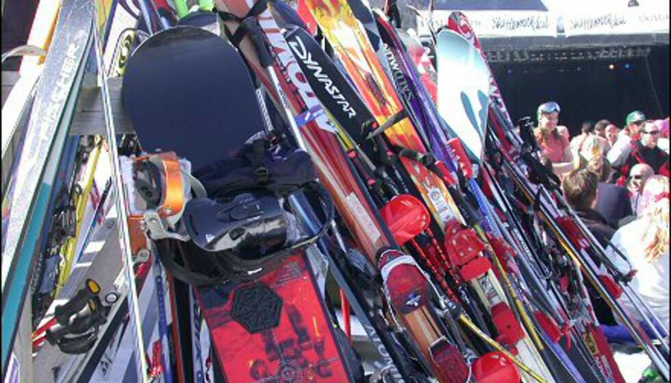 Brett og ski parkert i bakken - og for sesongen.