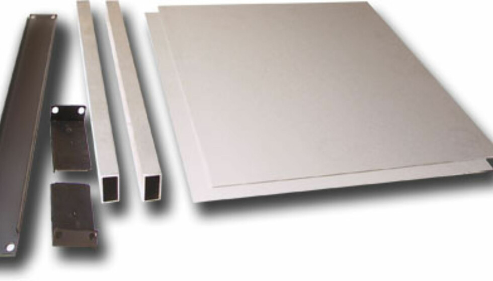 Her er materialene. Fra venstre ser vi blindpanel med avstivere, 2 vinkler, firkantrør og aluminiumsplater.