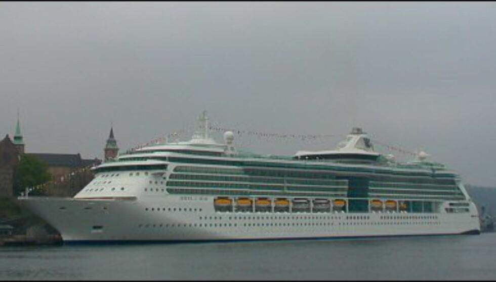 Trist og grå morgentåke til tross, Jewel lyser opp i Oslohavnen.