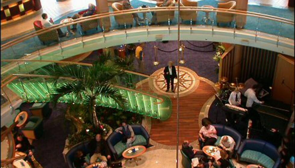 Lobbybaren på dekk fire er et populært se og bli sett-sted.