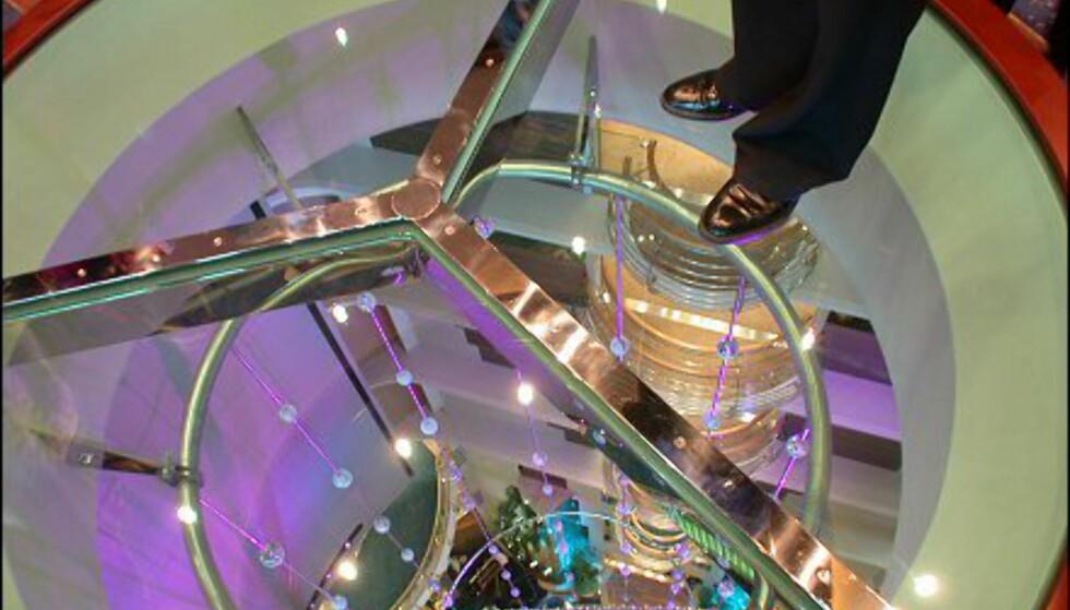 Går du opp syv etasjer, kan du se rett ned i atriumet gjennom dette glasslokket. Har du mage til det kan du trygt stå på glasset ...