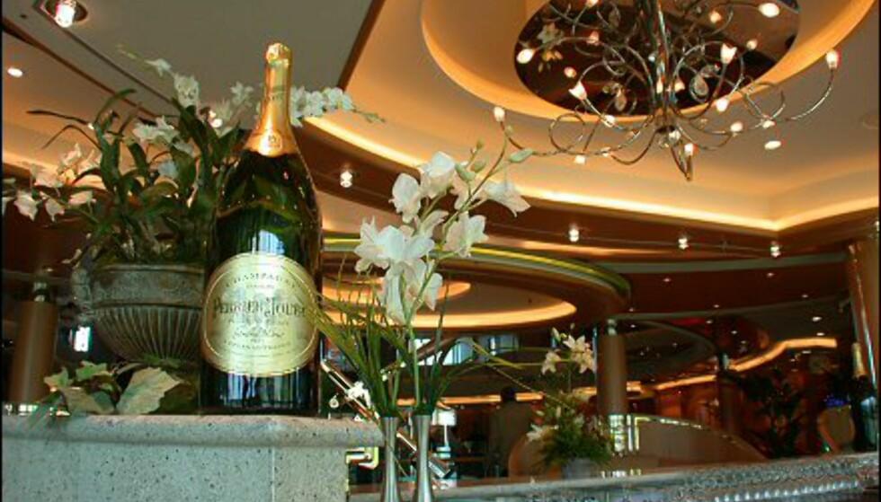 I femte etasje ligger en lys og lekker champagne bar - der gjestene kan leske seg på et imponerende utvalg av de edle dråpene.