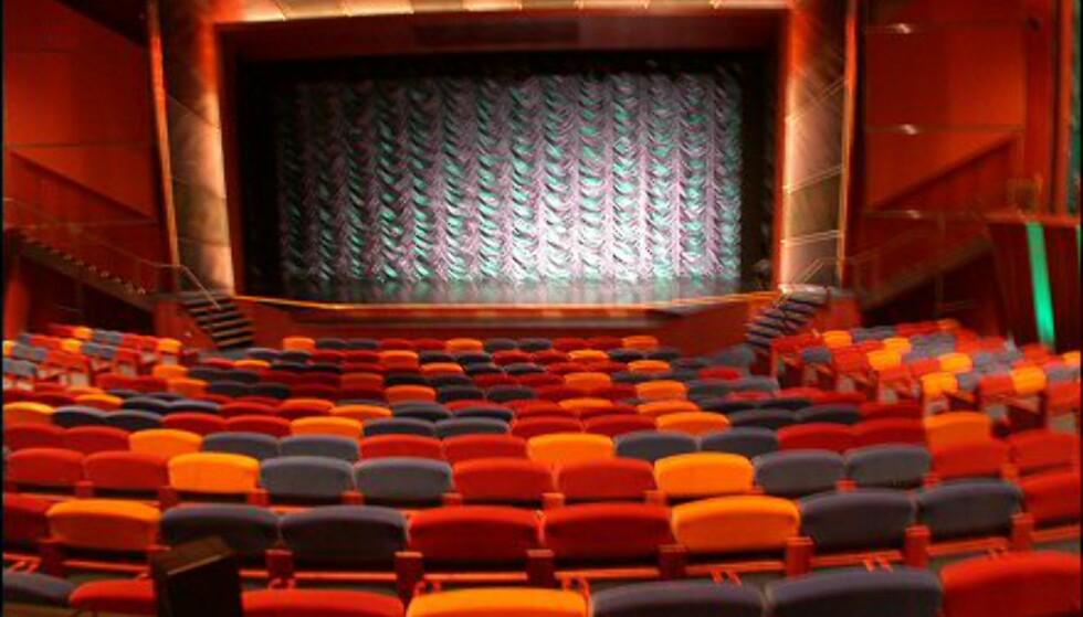 Skipet har også sitt eget teater med topp-moderne utstyr. Her forbereder et ensemble på 150 forskjellige show hver eneste dag på cruiset.