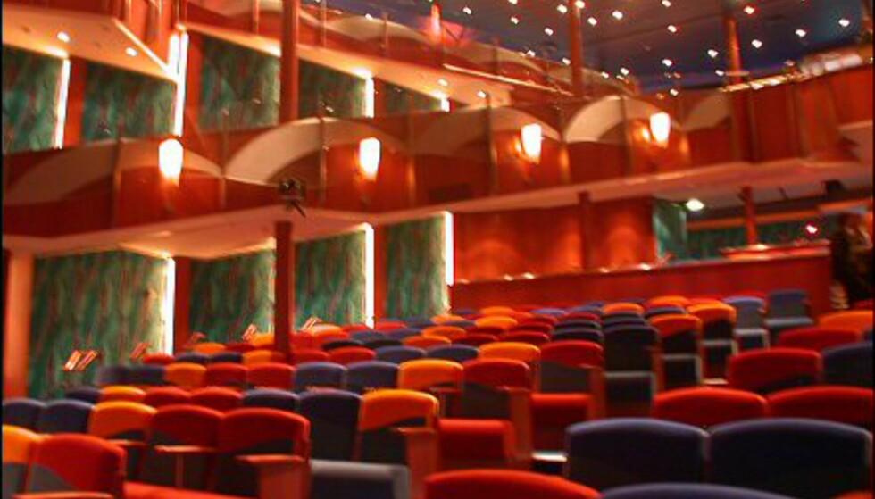Teateret finner du på dekk 5 og 6, og det har plass til 915 skuelystne.