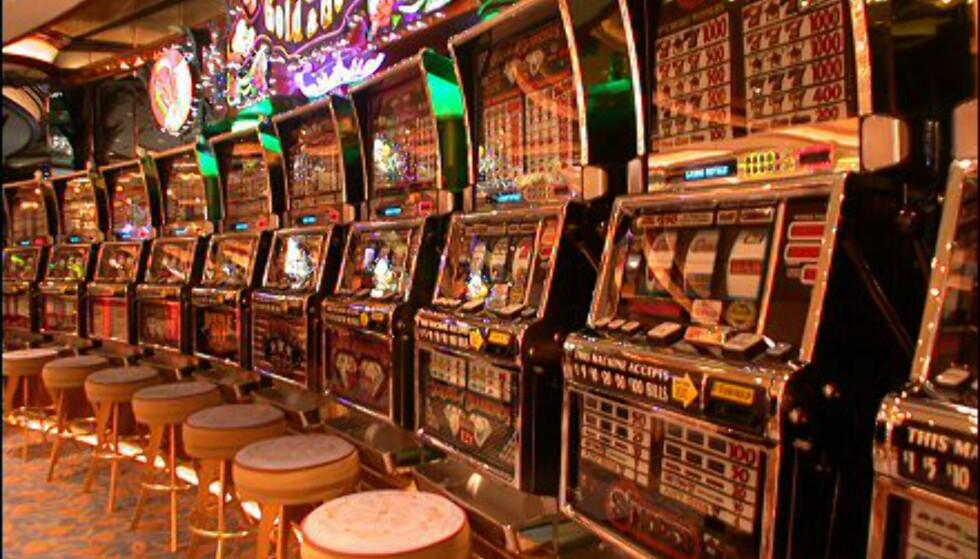 I båtens casino finnes det enarmede banditter, spillmaskiner på rekke og rad.