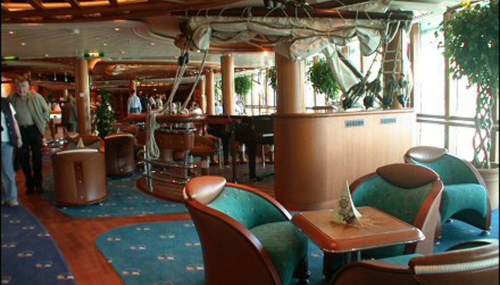 Lerretseil, gallionsfigurer og cocktailmenyer i seilform gir lite rom for tvil om Scooner barens tema.