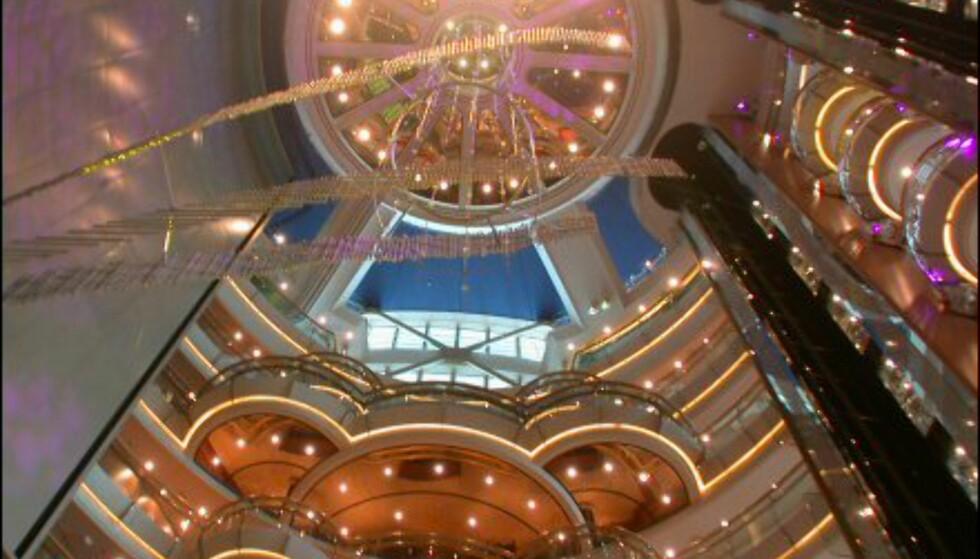 Atriumet midt i båten er et naturlig samlingspunkt i de fleste etasjer.
