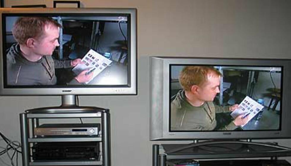 Sharp 37-LCD (uten høyttalerne) til venstre. Philips 37-plasma til høyre. Legg merke til ansiktsfargene og størrelsene på de to TV-fotene.
