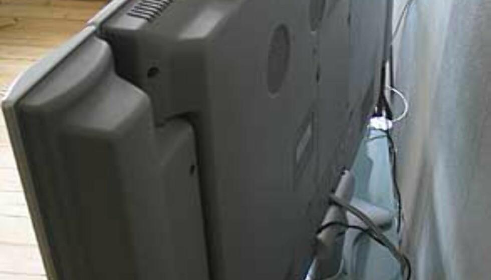 De fire viftene på baksiden er stillegående. Det er også enkel navigering på toppen av TVen.