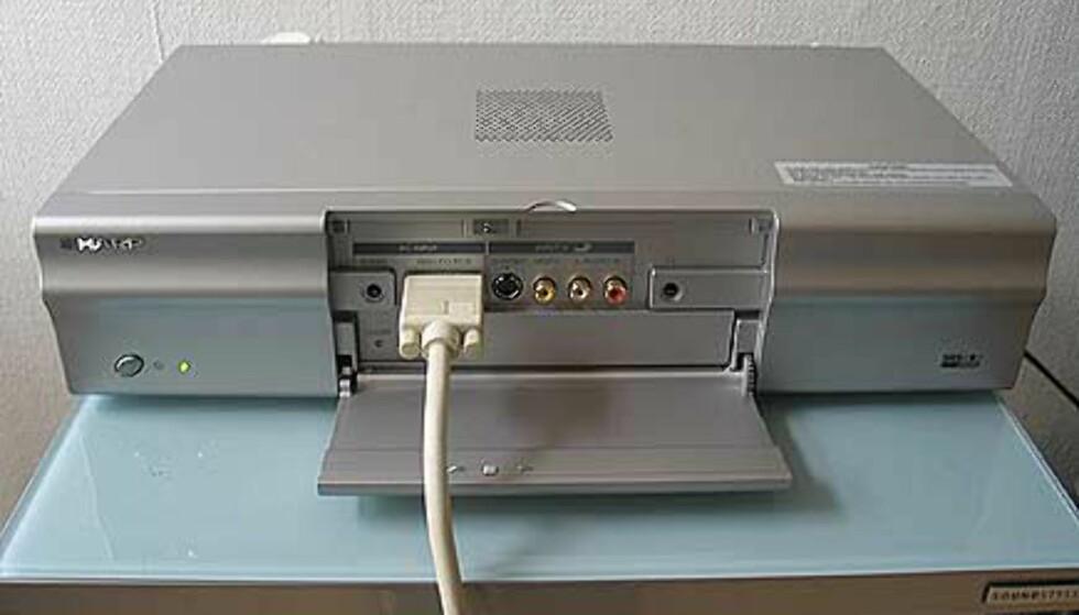 Medieboksen har PC inngangen i front. Ideelt sett hadde det vært lekrere å ha den på baksiden.
